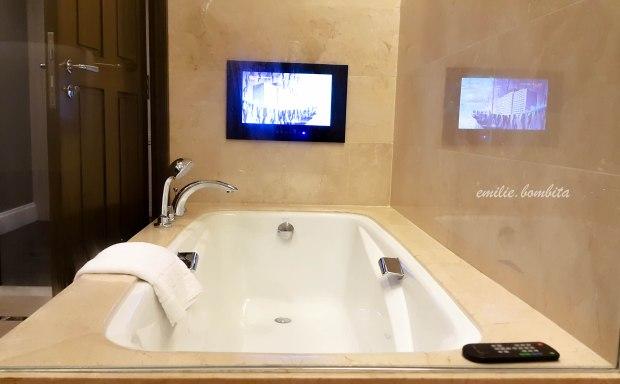 emilie-bombita-prime-experience-at-discovery-primea-business-suite-bath-tub